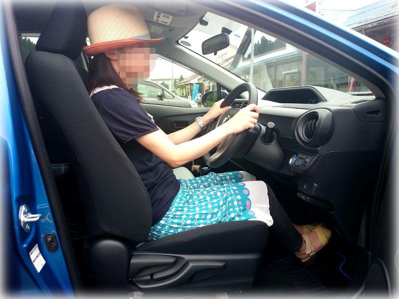 アクアの運転席に座る