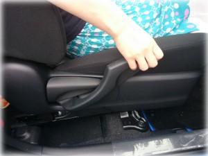 アクアの運転席を上げる