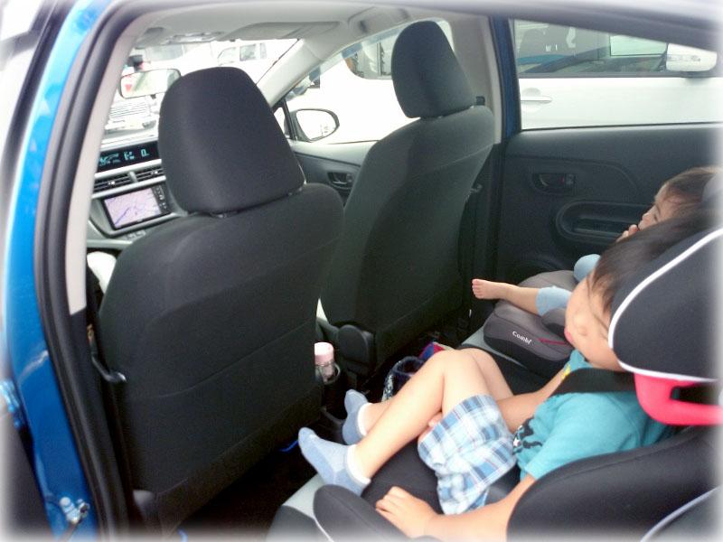 アクアの後部座席に設置したジュニアシート